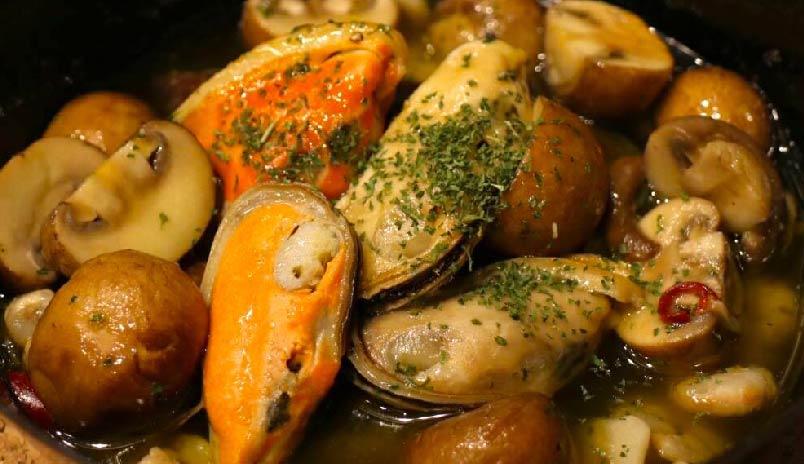 マッシュルームとエビと貝のアヒージョ